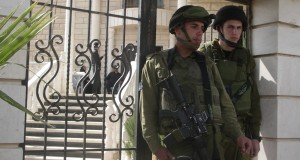 Soldiers occupy Palestinian homes
