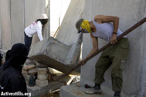 Concrete Wall Saw Equipment : Using small tools ni lin residents push concrete wall