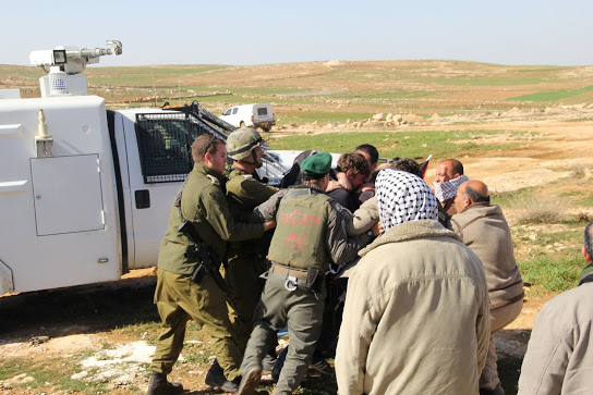 Israeli army and border police trying to arrest Palestinian activists (Photo: Beit Ommar Popular Movement)