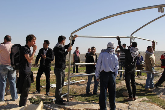 Palestinian activists erecting the tent (Photo: Beit Ommar Popular Movement)