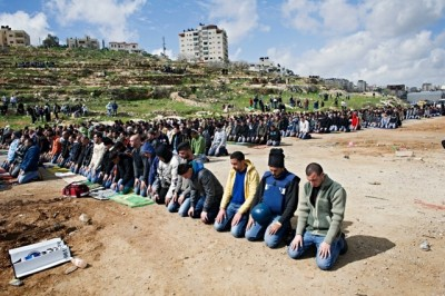 Prayers outside Ofer prison
