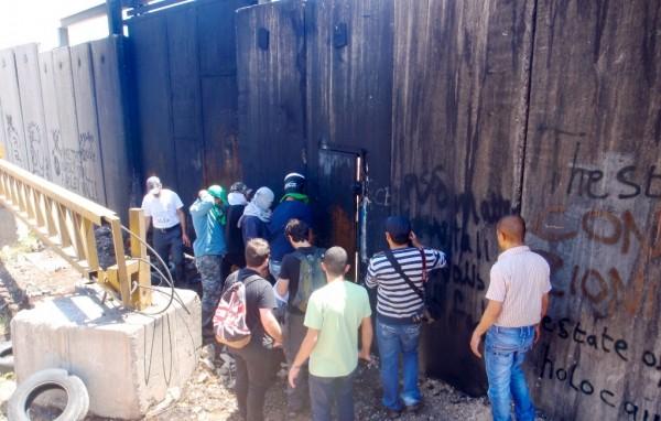 Demonstrators at the gate in Ni`ilin