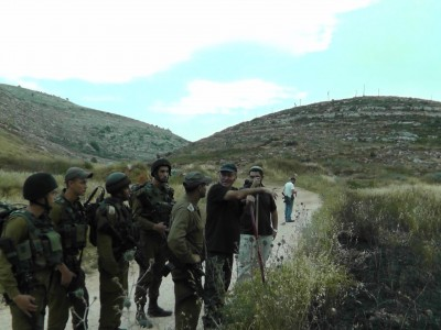 A familiar sight, soldiers and settlers working together. (Photo by ISM)