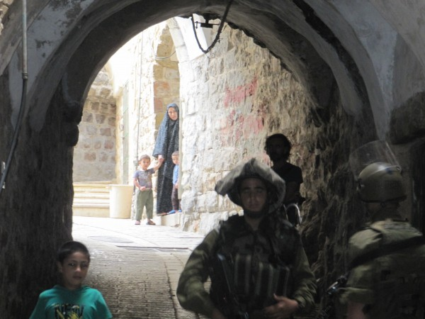 Israeli forces escorting the settler tour (Photo by ISM)