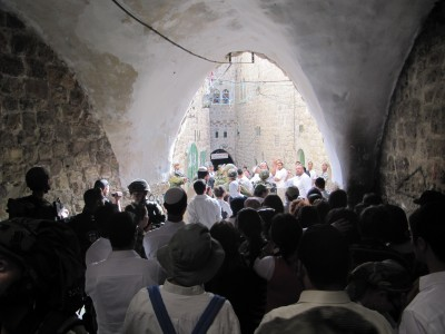Zionist tourists and settlers marching through the old city of Hebron (Photo by ISM)