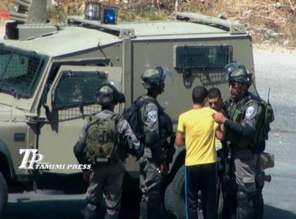 Israeli border police officer grabbing the arrested boys (Photo by TPTamimi Press)