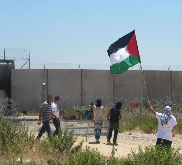 Protesters trying to remove part of the fence (Photo by: ISM)