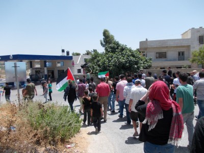Demonstrators marching along the road towards the spring (Photo by ISM)