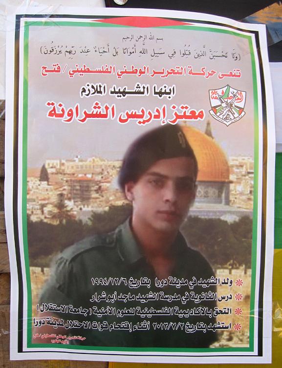 Plakaten hylder den 19-årige Moataz efter hans død.