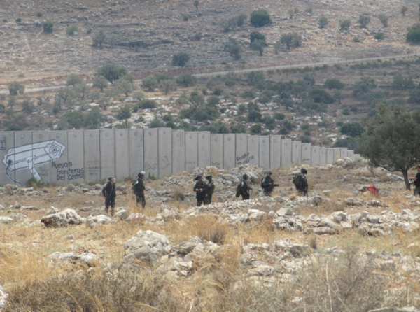 Soldiers invading the fields of Ni'lin, trying to arrest protesters (Photo by ISM)