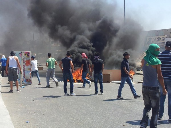 Demonstrators burned tyres at Qalandiya checkpoint (photo by ISM)
