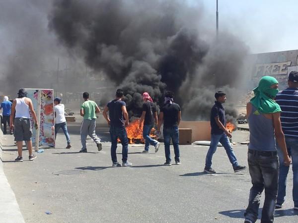 Demonstrators burned tyres at Qalandiya checkpoint (photo by ISM)