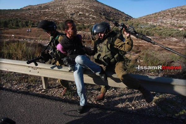 Israeli soldiers taking Bashar (Photo by Issam Rimawi)