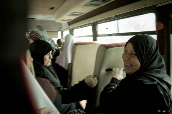 Supporters of the freed detainees ride a bus between celebration tents. (Photo by Gal·la López)