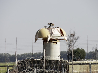 An Israeli control tower by the separation barrier near Khuza'a. (Photo by Silvia Todeschini)
