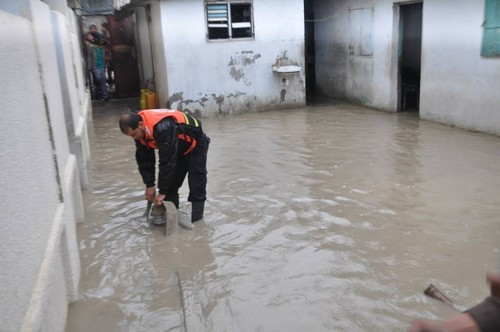 A Civil Defense worker pumps water from a flooded house. (Photo by Rosa Schiano)