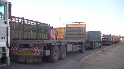 Trucks waiting to go to the Karam Abu Salem crossing to load up with goods which have been transported through Israel to Gaza – Photo taken by Corporate Watch – November 2013
