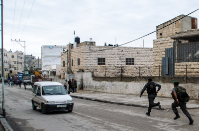 Soldiers and border police chasing schoolchildren in Hebron (photo by ISM)