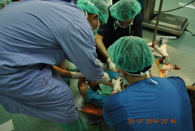 Performing surgery on the floor of the corridor (photo by Gaza Ministry of Health).
