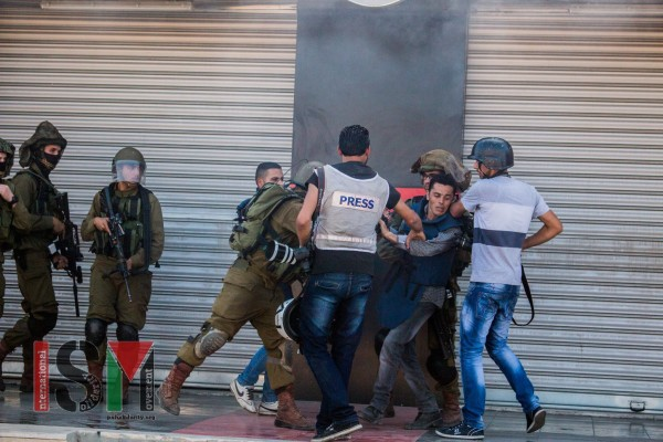 Israeli soldiers abusing Palestinian press