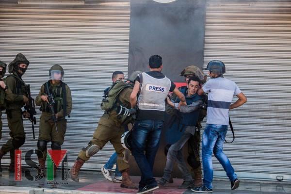 Israeli soldiers abusing Palestinian press