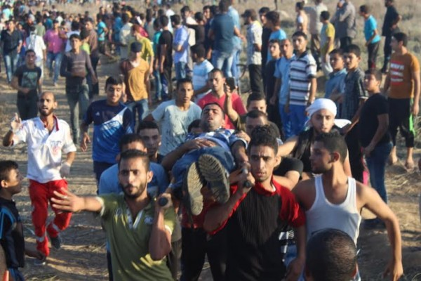 Injured Palestinian carried to an ambulance