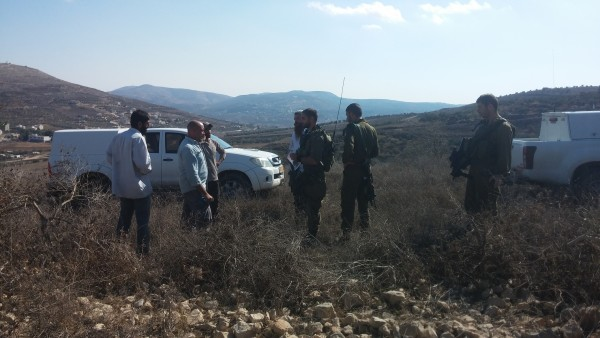 Israeli army arrives to farmers' land to stop their harvest