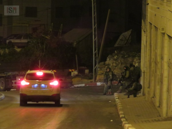 Israeli forces take over streets of Wadi Al-Hurriya, stop and search cars