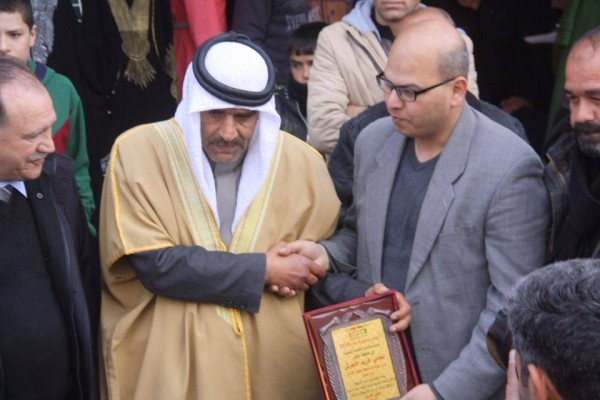 Fareed al-Atrash receiving a plaque