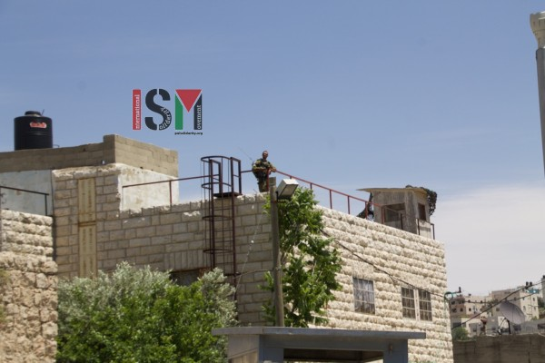 Israeli forces taking over the roofs of Palestinian family homes