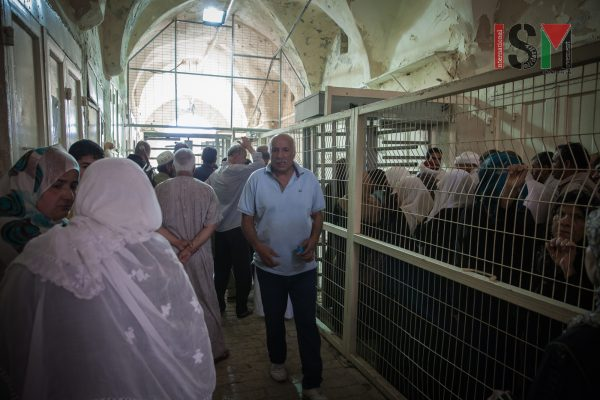 Palestinians stuck at Ibrahimi mosque checkpoint, as Israeli forces deny to open the checkpoint