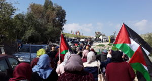 Women marching toward Khan al-Ahmar